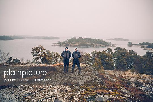 Sweden, Sodermanland, two men standing at archipelago landscape - p300m2003913 von Gustafsson