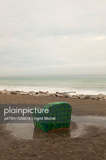 Sesselskulptur am Strand - p470m1539074 von Ingrid Michel