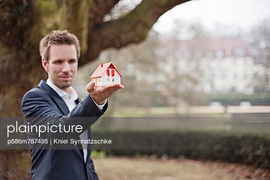 Dreaming of a house - p586m787495 by Kniel Synnatzschke