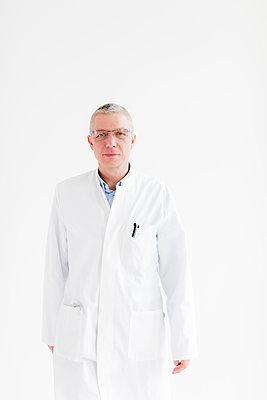 Arzt - Portrait im Gehen - p1212m1119451 von harry + lidy