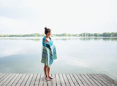 Frau am See, Brandenburg - p1396m2044457 von Hartmann + Beese