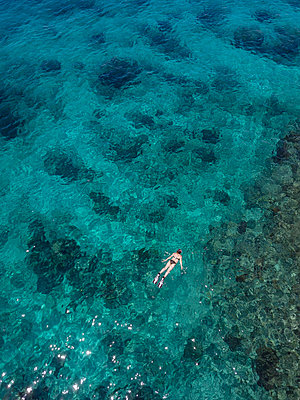 Indonesia, Bali, Aerial view of Blue Lagoon, snorkeler - p300m2042609 by Konstantin Trubavin