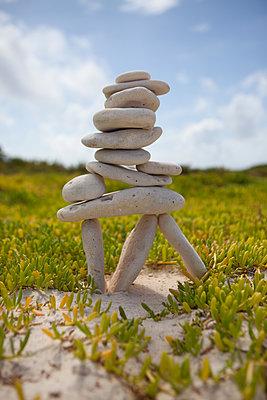 Zen-Bauwerk aus Steinen - p045m2020956 von Jasmin Sander
