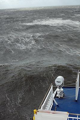 Sturm auf der Nordsee. Fahrt mit der Faehre von Daenemark nach Faroer und Island - p1314m1189963 von Dominik Reipka