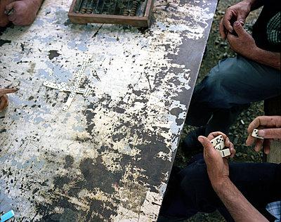 Domino spielende Männer - p979m1194327 von Jann Wilken