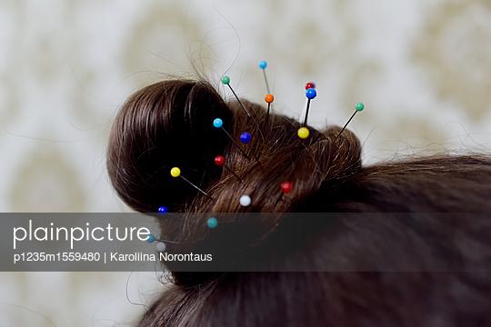 Hairstyle with pins - p1235m1559480 by Karoliina Norontaus