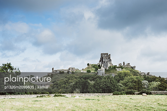 Corfe Castle, The ruin on the hill - p1326m2099835 by kemai