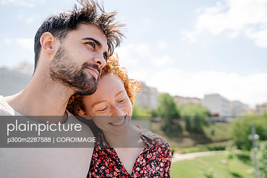 Barcelona, Calaonia, Spain. Young couple walking in the park. - p300m2287588 von COROIMAGE