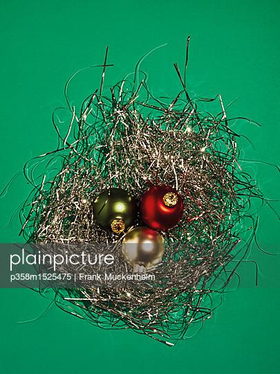 3 Weihnachtskugeln in Lametta - p358m1525475 von Frank Muckenheim