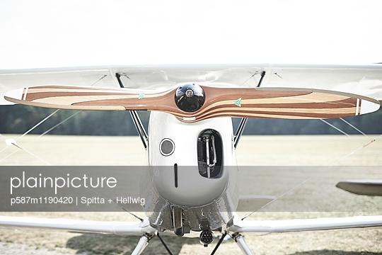 Kunstflug - p587m1190420 von Spitta + Hellwig