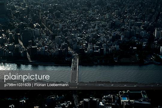 Tokio Skyline - p798m1031639 von Florian Löbermann