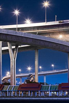 Beleuchtete Brücke bei Nacht - p1032m1220662 von Fuercho