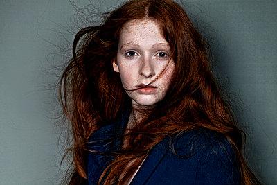 Mädchen mit roten Haaren frontal - p1146m943293 von Stephanie Uhlenbrock