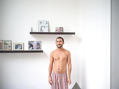 Mann in Schlafanzughose - p1267m1574852 von Wolf Meier