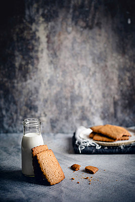 Barley malt cookies - p1392m2065082 by Federica Di Marcello