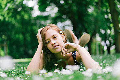 Young woman in the meadow relaxing - p586m1041881 by Kniel Synnatzschke