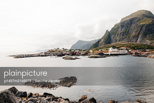 Das Dorf Å am Meer vor Gebirge auf den Lofoten in Norwegen bei schönen Wetter  - p1497m2145078 von Sascha Jacoby