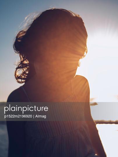 Spanien, Silhouette eines Mädchens bei Sonnenuntergang - p1522m2196920 von Almag