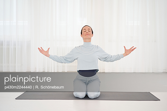 Woman practicing yoga in gym - p430m2244440 by R. Schönebaum