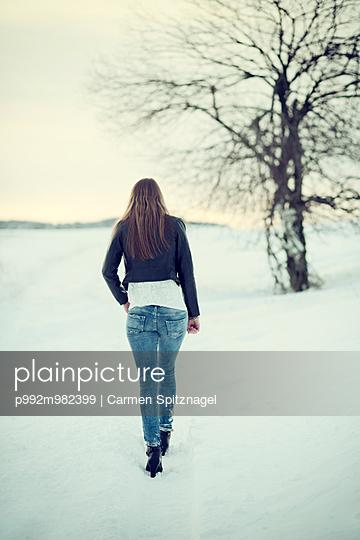 Junge Frau im Schnee - p992m982399 von Carmen Spitznagel