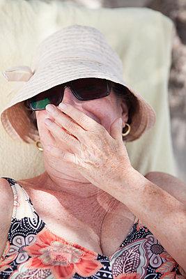 Lady im Urlaub - p045m1582738 von Jasmin Sander