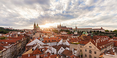 Czech Republic, Prague, Mala Strana, cityscape with Hradcany and St. Nicholas' Church - p300m1499287 by Werner Dieterich