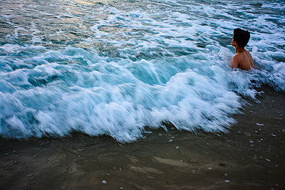 Boy playing in the Waves - p1072m957360 by Tal Paz-Fridman