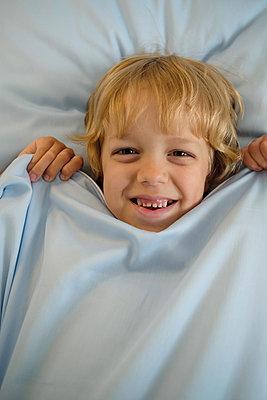 Junge mit blauem Tuch - p1363m2115493 von Valery Skurydin