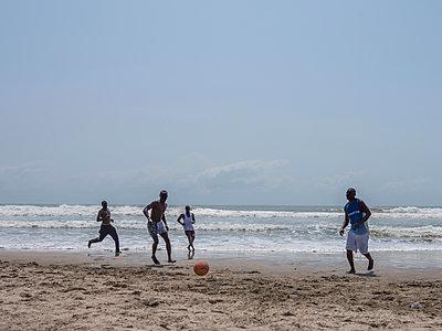 Afrikaner spielen Fussball am Strand - p390m1586686 von Frank Herfort