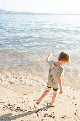 Along the beach - p454m1516049 by Lubitz + Dorner