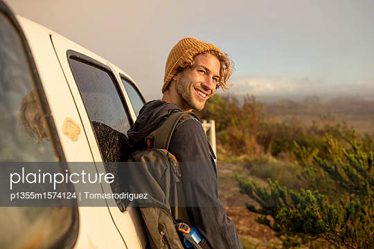 Young man leaning against SUV - p1355m1574124 by Tomasrodriguez
