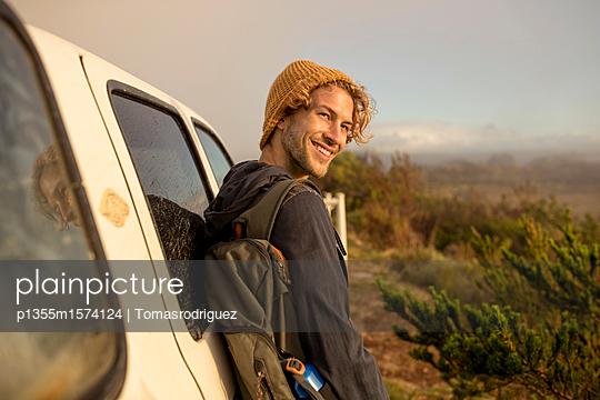 Junger Mann lehnt an einem SUV - p1355m1574124 von Tomasrodriguez