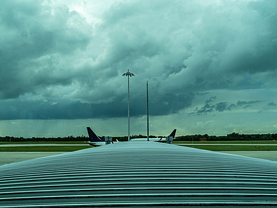Airport London - p1082m2099678 by Daniel Allan