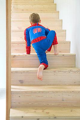 Junge klettert Treppe hinauf - p1156m1585864 von miep