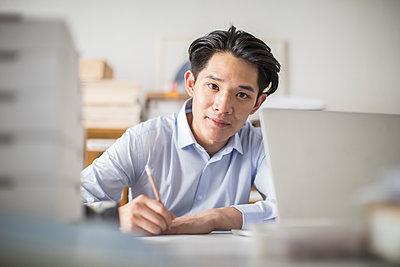 Junger asiatischer Unternehmensgründer im Büro - p1284m1541364 von Ritzmann