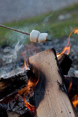 Süßes überm Feuer - p454m764350 von Lubitz + Dorner