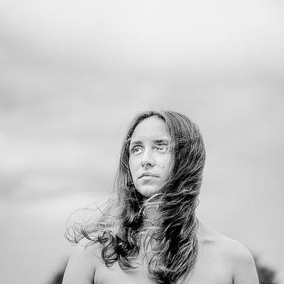 Porträt einer jungen Frau mit wehenden Haaren - p552m2289370 von Leander Hopf