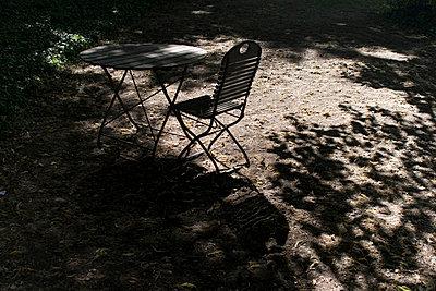 stuhl tisch schattenspiel - p627m671131 by Hendrik Rauch