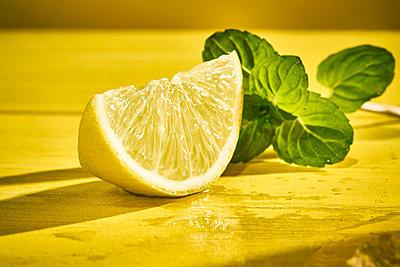 Lemon slice and basil leaves - p851m2289564 by Lohfink