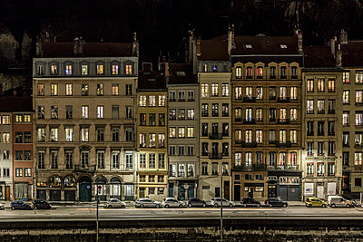Row of houses in Lyon at night - p910m1467684 by Philippe Lesprit