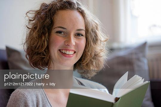 Junge Frau liest ein Buch - p1212m1217322 von harry + lidy