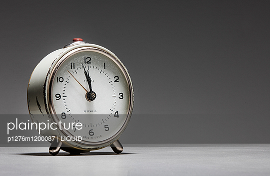 Wecker vor weißem Hintergrund - p1276m1200087 von LIQUID