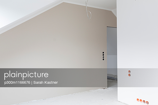 Empty grey wall at construction site of an apartment - p300m1166676 by Sarah Kastner