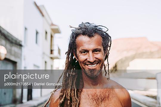Portraits of a man with dreadlocks in a canaran village, El Hierro, Spain - p300m2170554 by Daniel González