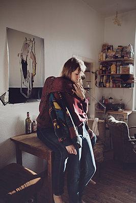 Umarmung in der Küche - p1429m1502601 von Eva-Marlene Etzel