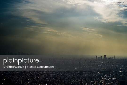 Tokio Skyline - p798m1031637 von Florian Loebermann