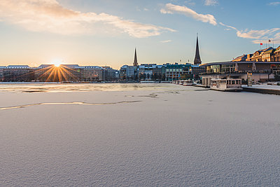Germany, Hamburg, View to Jungfernsteig and frozen Inner Alster Lake at sunrise - p300m1568131 von Kerstin Bittner
