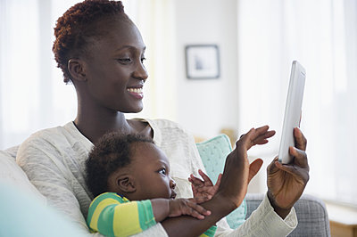 Close up of Black mother and baby boy using digital tablet - p555m1413856 by JGI/Jamie Grill