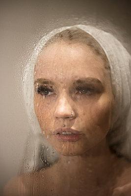 Junge Frau in der Dusche - p930m2064049 von Ignatio Bravo