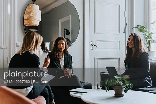 Female coworkers in office - p312m2237260 by Plattform